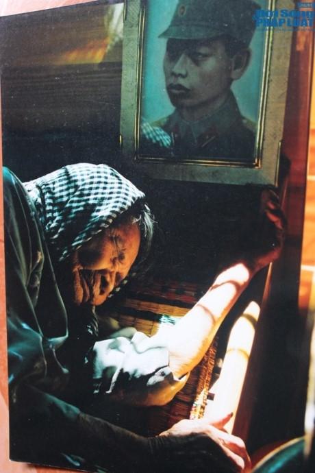 Mẹ Việt Nam anh hùng Nguyễn Thị Thứ thiếp ngủ dưới di ảnh của người con trai đã hi sinh để bảo vệ Tổ quốc. Bao mùa xuân con không về, giấc ngủ của mẹ mãi không tròn đầy. (Ảnh: Đời sống pháp luật)