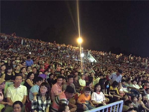 Khán đài chật cứng khán giả trong đêm diễn vừa qua của Hoài Linh và Trường Giang. - Tin sao Viet - Tin tuc sao Viet - Scandal sao Viet - Tin tuc cua Sao - Tin cua Sao