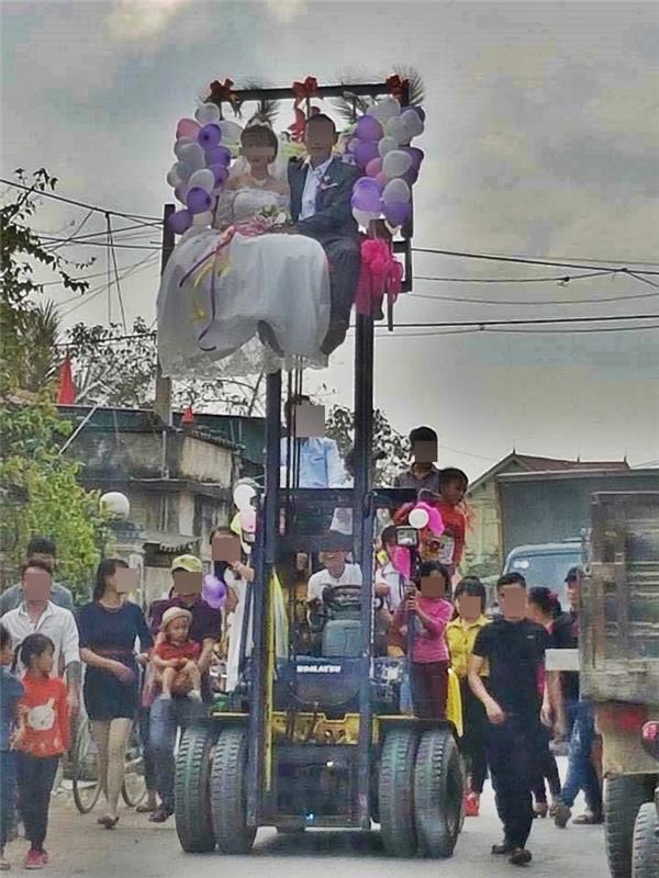 """Dân mạng """"ném đá"""" hình ảnh cặp đôi rước dâu bằng xe nâng"""