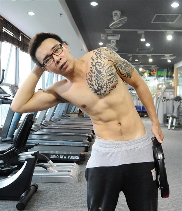 Xịt máu mũi trước cơ bắp cuồn cuộn của mỹ nam Việt trong phòng gym - Tin sao Viet - Tin tuc sao Viet - Scandal sao Viet - Tin tuc cua Sao - Tin cua Sao
