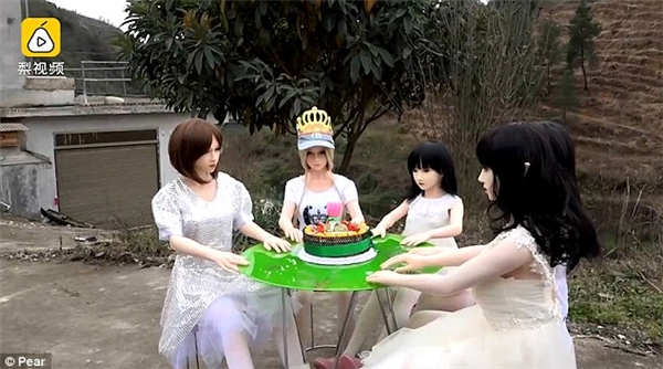 Ông Li rất yêu mến những cô búp bê của mình, thậm chí còn quay MV ca nhạc cho những con búp bê rồi đăng lên mạng và tổ chức những bữa tiệc ngoài trời cho chúng.