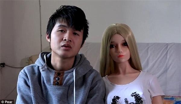 Cậu con trai Yang Yang được bố tặng một con búp bê người lớn vào sinh nhật 18 tuổi của mình.
