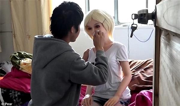 """Yang Yangcho biết cậuchỉ xem những con búp bê như """"chị em tốt""""và hiện đang ôm ấp ý tưởng thành lập một doanh nghiệp bán quần áo cho búp bê người lớn."""
