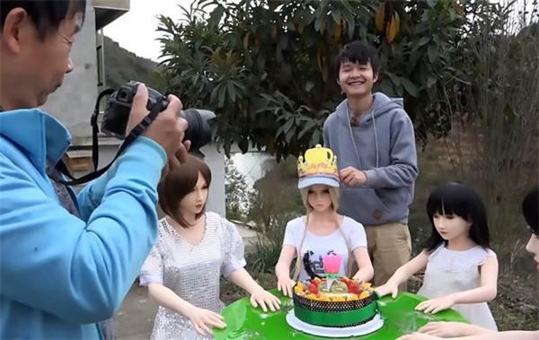 Sở dĩ ông Li mua nhiều con búp bê như vậy là muốn tạo thành một gia đình sum vầy, đầm ấm.