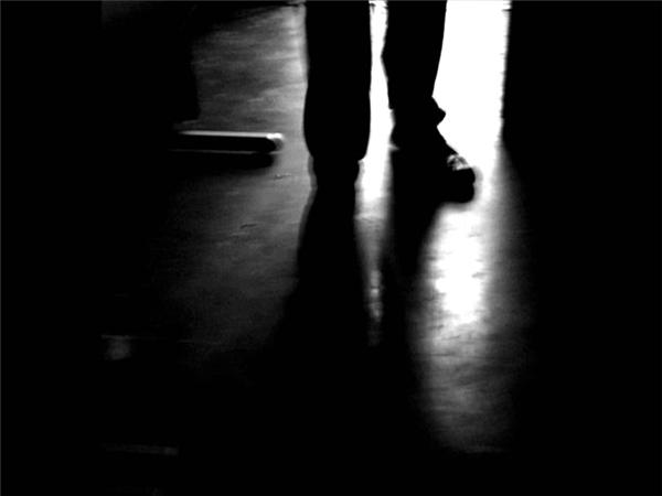 Những âm thanh không thể giải thích: Chẳng hạn tiếng bước chân, tiếng gõ