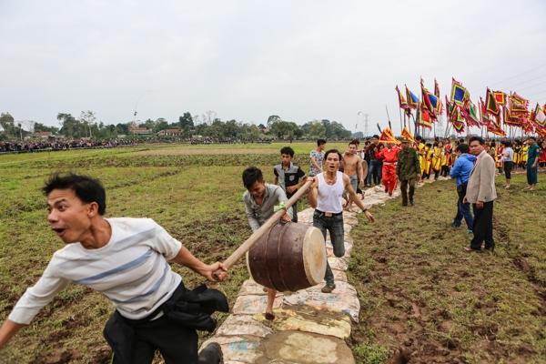 Theo đó, tại hội Phết Hiền Quan năm nay sẽ chia làm 2 đội, mỗi đội 50 người và có trọng tài phân định thắng thua.