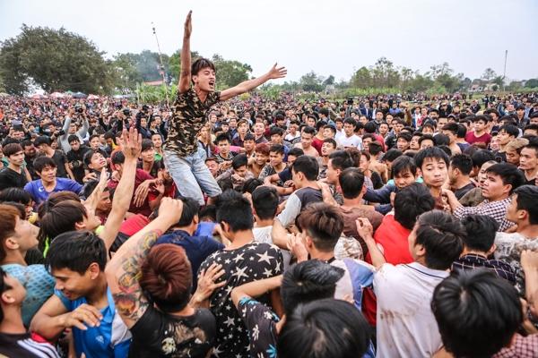 Hãi hùng cảnh tượng tranh cướp đến ngất xỉu tại hội Phết Hiền Quan