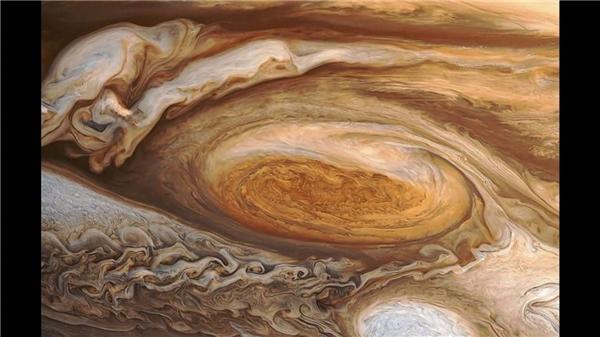 Cận cảnh một cơn bão từ trên Sao Mộc.Các cơn bão từ và những trận lốc xoáy thay phiên nhau càn quét khắp bề mặt Sao Mộc.