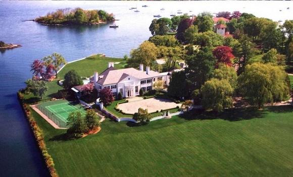 Biệt thự Greenwich Connecticut của ông Trumpcó tổng cộng 58 phòng ngủ, 33 phòng tắm, 12 lò sưởi và 3 hầm tránh bom, sau này ông đã bán nó với giá 54 triệu USD (tương đương 1,2 nghìn tỉ VNĐ).