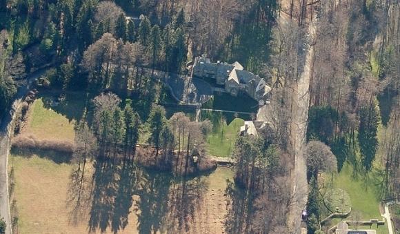 Căn biệt thự bằng đá và kính có tênSeven Springs tạiBedford, New York được ông Trump mua lại vào năm 1995 với tổng diện tích lên đến 86 hecta.