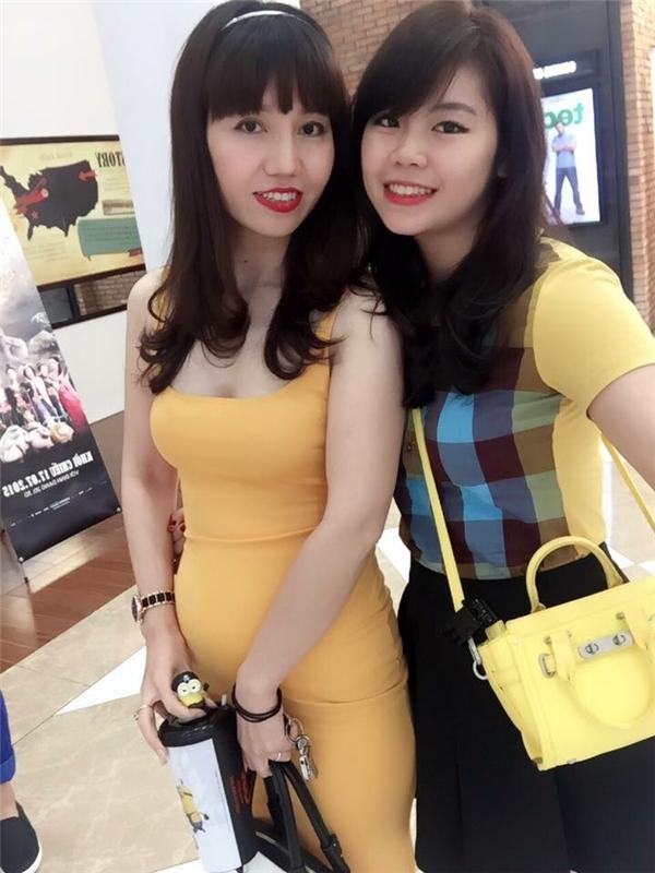 Cô Lê Thị Bích Hạnh (trái) và con gái (phải) trông như hai chị em.