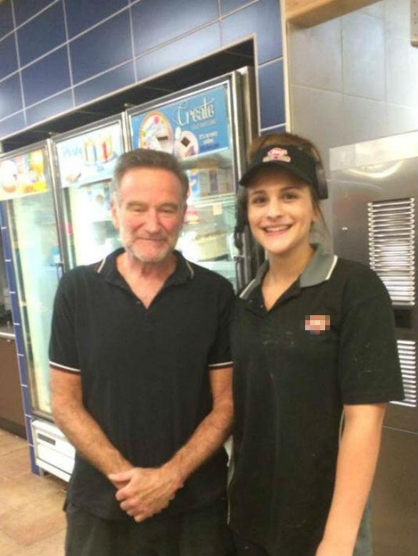 Nam diễn viên hài Robin Williams chụp tấm ảnh cuối cùng với một fan hâm mộ trước khi ông thắt cổ tự tử vào ngày 11/08/2014 sau một thời gian dài vật lộn với căn bệnh trầm cảm.