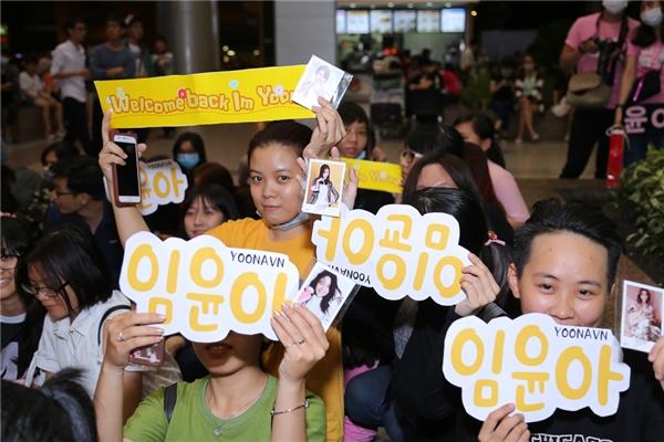 Yoona xuất hiện chớp nhoáng, tươi cười vẫy tay chào fan Việt
