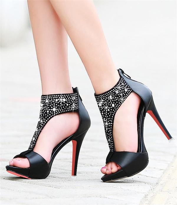Giày cao gót trông thật vướng víu.(Ảnh: Internet)