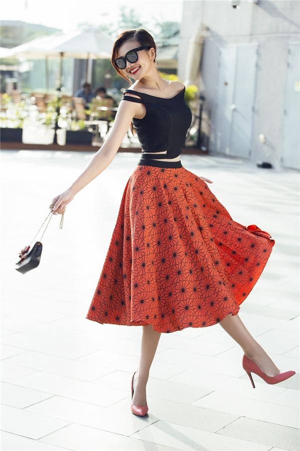 Nữ siêu mẫu điệu đà với váy xòe, họa tiết hoa lá, màu sắc nổi bật. Thiết kế được nhấn nhá bằng những đường cut-out gợi cảm, quyến rũ.