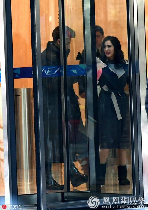Hoàng Tử Thao khoác vai Dương Mịch cười ngọt ngào trên phim trường
