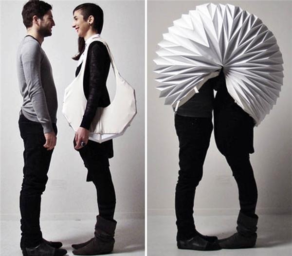 Chiếc túi xếp này giúp cho cặp đôi được tự do thể hiện tình cảm nơi công cộng mà không lo bị thiên hạ dòm ngó.