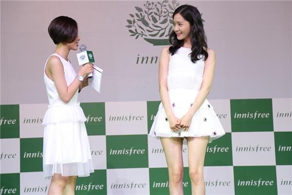 Yoona vô cùng xinh xắn, đáng yêu trong chiếc đầm trắng khoe khéo đôi chân dài miên man.