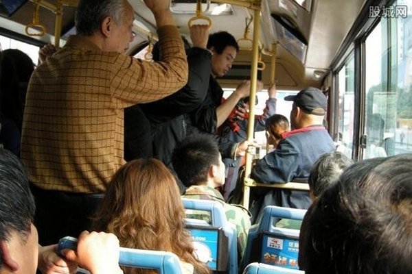 Dù xã hội có hiện đại thế nào, cuộc sống có tốt hơn bao nhiêu cũng đừng tự biến mình thànhngười vô cảm. Trên xe buýt có rất nhiều thanh niên nhưng không ai muốn nhường chỗ cho cụ ông.(Ảnh: Internet)