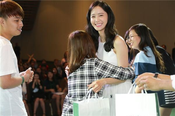 Một fan nữ may mắn được lên chụp hình và ôm YoonA. - Tin sao Viet - Tin tuc sao Viet - Scandal sao Viet - Tin tuc cua Sao - Tin cua Sao