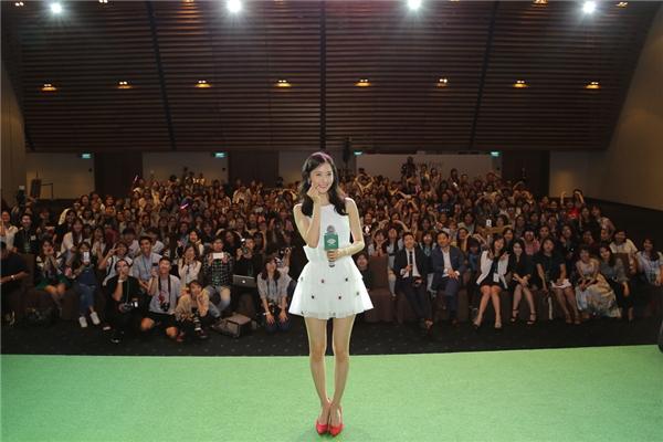 Đặc biệt vào cuối chương trình, Yoona đã selfie cùng mọi người một tấm ảnh để làm kỉ niệm. Nữ ca sĩ đáng yêu cũng không quên gửi lời cảm ơn các bạn fan bằng tiếng Việt. - Tin sao Viet - Tin tuc sao Viet - Scandal sao Viet - Tin tuc cua Sao - Tin cua Sao