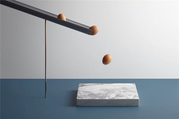 Lần lượt những quả trứng sẽvỡ ra khi rơi xuống phiến đá cứng bên dưới.