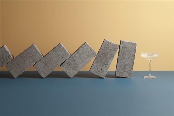 Hiệu ứng domino của những viên đá sẽ làm cho viên đá cuối cùng ngã vào ly nước và bạn biết điều gì sẽ xảy đến rồi đấy.