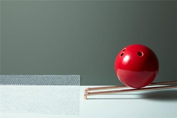 Quả bóng bowling được mồi để lăn xuống tấm xốp bong bóng đang còn nguyên vọn. Điều gì sẽ xảy ra?