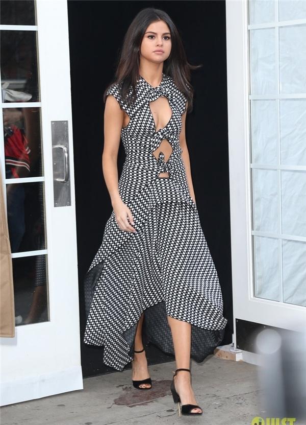 Selena tự tin diện váy gợi cảm trên phố.