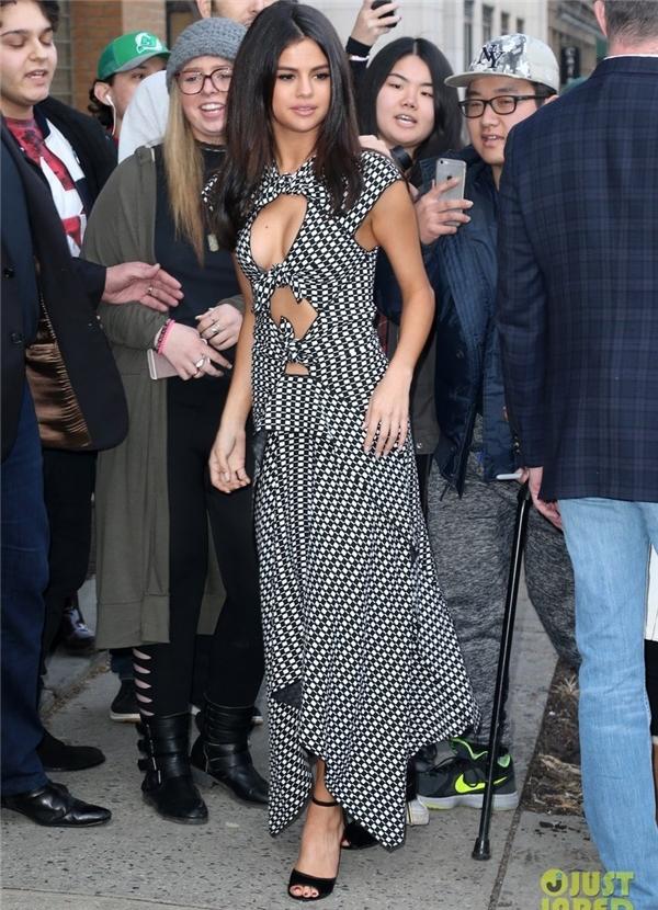 Selena tái xuất quá xinh đẹp khiến fan ngất ngây