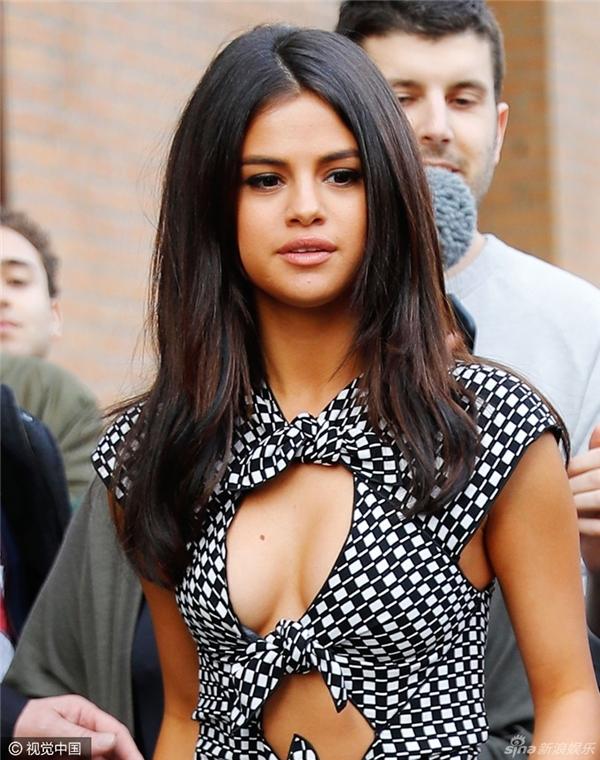 Cận cảnh chiếc đầm gợi cảm của Selena.