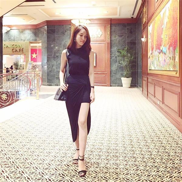 Thùy Linh cũng sở hữu vóc dáng cao ráo, nổi bật. Cô từng tốt nghiệp chuyên ngàng thời trang tại Singapore.