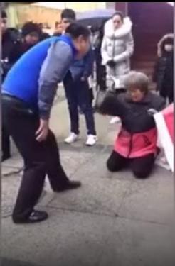 Dư luận phẫn nộ: mẹ già quỳ ra đường bị con liên tiếp đánh vào người
