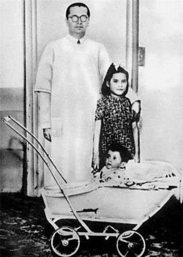 Lina chụp cùng con trai lúc 11 tháng và bác sĩ Gerardo Lozada.