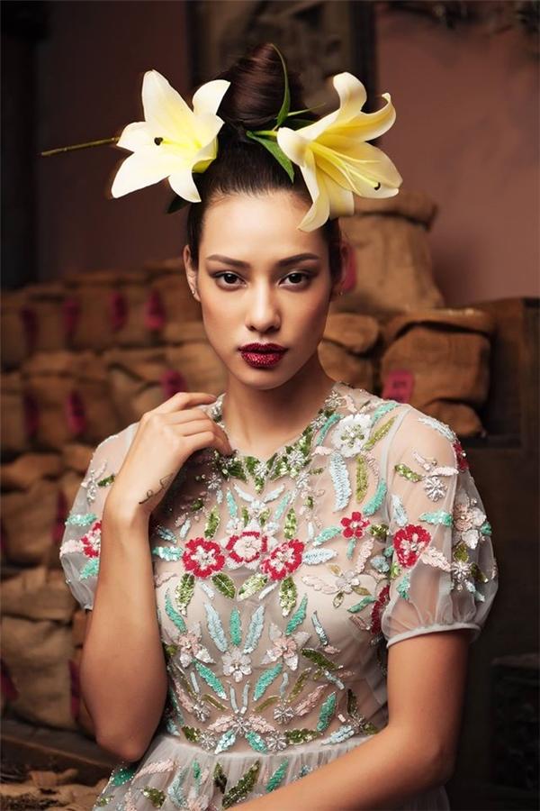 Lilly Nguyễn trẻ trung, nhẹ nhàng nhưng không kém phần quyến rũ với thiết kế xuyên thấu của Tùng Vũ. Bộ trang phục sử dụng kĩ thuật đính kết tạo nên những mảng họa tiết bắt mắt, cuốn hút như khu vườn hoa nhiệt đới.