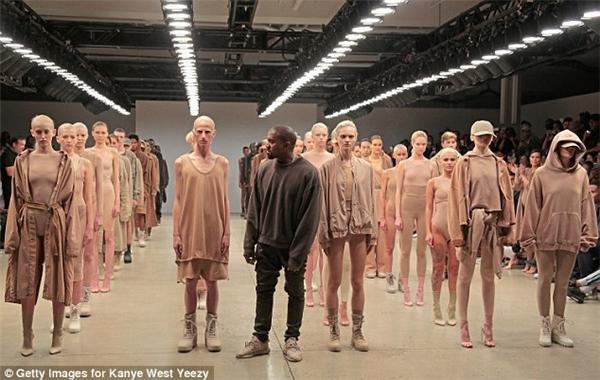 Hình ảnh trong một show diễn của Kanye West.