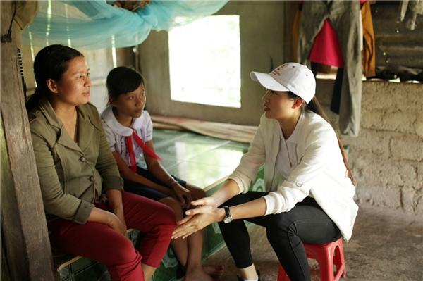 Vừa về từ Miss Universe, Lệ Hằng đi trao nhà tình nghĩa tại quê nhà