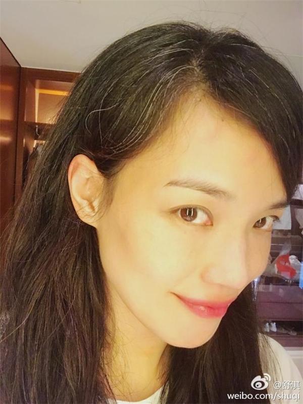 Khoe ảnh selfie, Thư Kỳ khiến fans ngỡ ngàng với mái tóc đầy sợi bạc