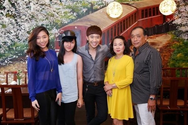 Trấn Thành lần đầu công khai hình ảnh bố mẹ và các em trong buổi khai trương nhà hàng của một người bạn vài năm trước.