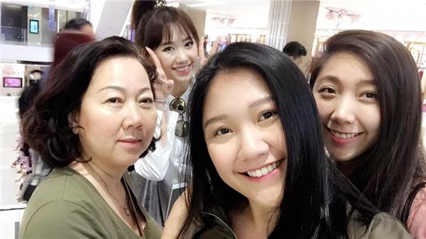 Hai em gái Trấn Thành đều sở hữu vẻ ngoài dễ thương, đáng yêu. Cả hai cô nàng đều có mối quan hệ tốt với Mai Hồ và Hari Won.