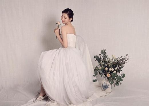 Ngọc nữ Suzy ngọt ngào trong váy cưới trắng tinh khôi