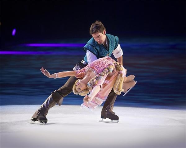 Công chúa tóc mây Rapunzel khiêu vũ trên băng cùng hoàng tử.