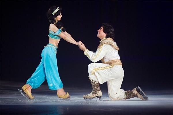 Nàng Jasmine sẽ xuất hiện rất lãng mạn cùng Aladdin.