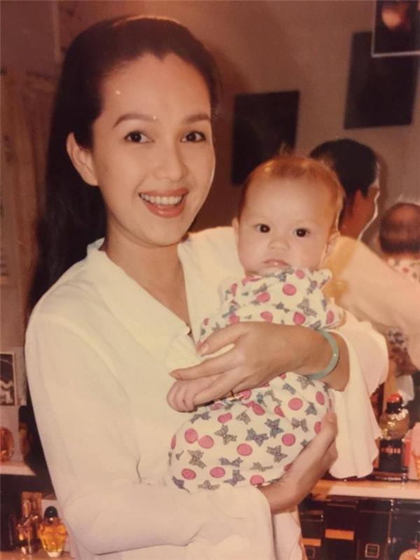 Hình ảnh của nữ diễn viênDiễm Mycùng con gái ngày bé.