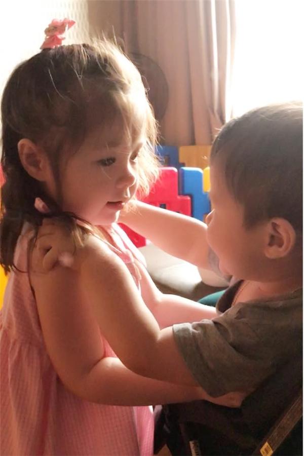 Cadie Mộc Trà ôm hôn thay lời động viên em trai ăn giỏi cho mau lớn. - Tin sao Viet - Tin tuc sao Viet - Scandal sao Viet - Tin tuc cua Sao - Tin cua Sao