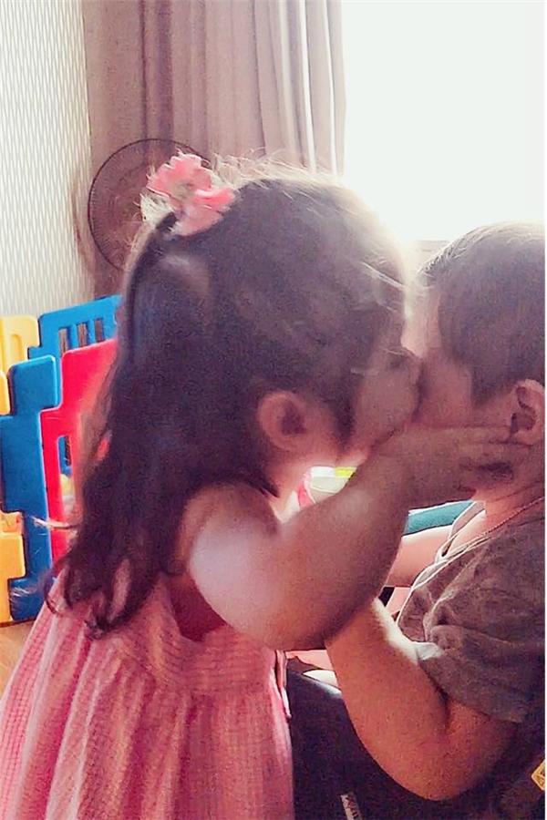 Cadie nhẹ nhàng đặt lên má em trai Alfie một nụ hôn ngọt ngào. - Tin sao Viet - Tin tuc sao Viet - Scandal sao Viet - Tin tuc cua Sao - Tin cua Sao