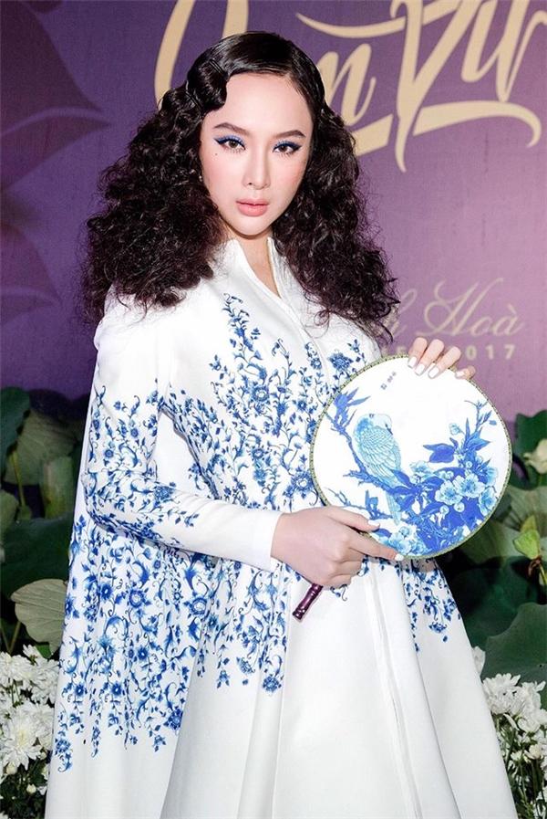 """Trước đó, Angela Phương Trinh cũng từng mang bộ """"tóc mì gói"""" lên thảm đỏ một show diễn thời trang với kiểu mắt nước màu xanh lạ mắt, trẻ trung."""