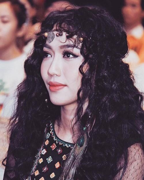 Diệu Nhi sử dụng kiểu tóc xù kết hợp với trang phục, phụ kiện mang hơi thở của phong cách bohemian. Nữ diễn viên trông cá tính, lạ mắt hơn hình ảnh thường thấy.