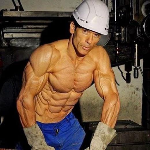 Cận cảnh những đường nét cơ bắp hoàn hảo của Helmut.