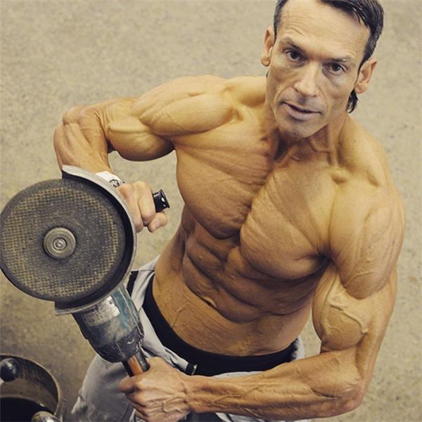 Người đàn ông 48 tuổi này nhận được nhiều lời khen về thân hình lẫn tinh thần luyện tập miệt mài.